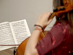 Clases de violonchelo para adultos en Madrid con Inés Suárez.