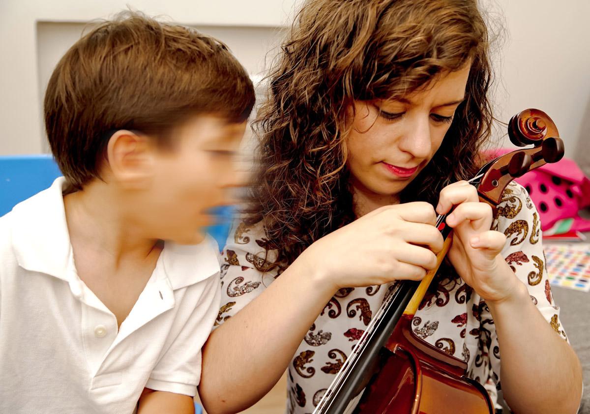 Clases de violonchelo para niños y niñas en Madrid con Inés Suárez. Método Suzuki y Método Colourstrings